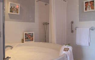 Escapada Romántica con bañera de hidromasaje en un edificio histórico (desde 2 noches)