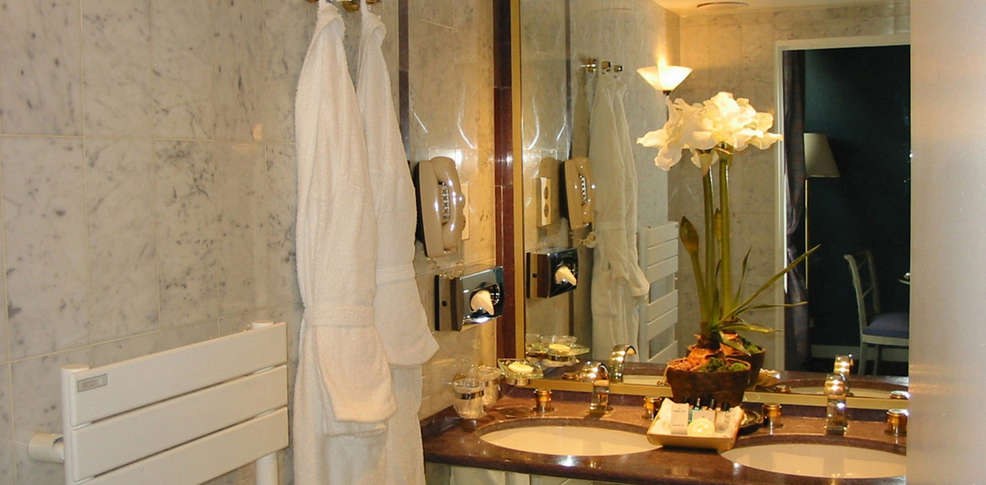 Hotel royal garden champs elys es charmehotel parijs for Salle de bain royan