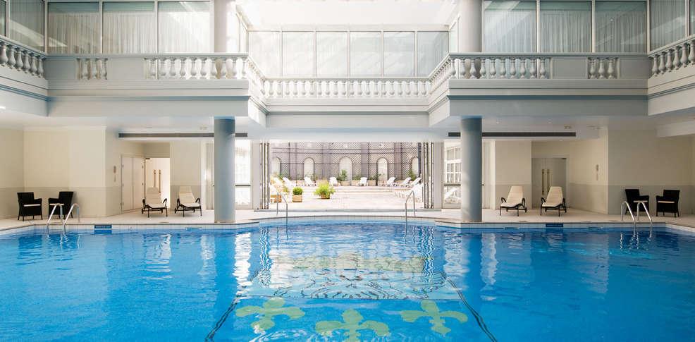 Trianon palace versailles a waldorf astoria hotel h tel for Piscine versailles
