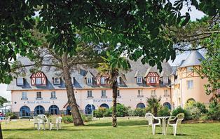 Offre spéciale : Week-end à Sables-d'Or-les-Pins, ville connue pour sa grande plage de sable fin.