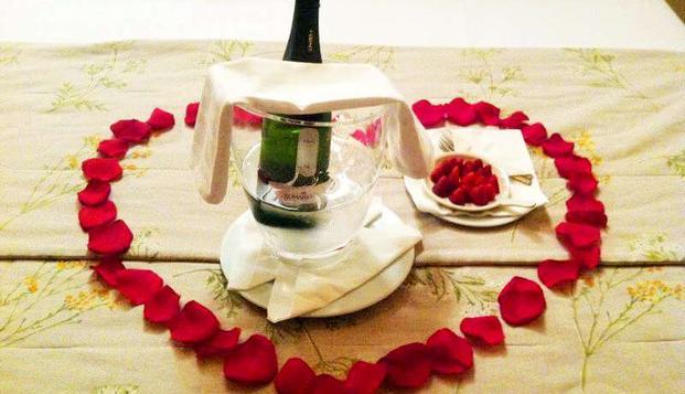 Escapada romántica con pétalos de rosa y cava cerca de Llafranc en Weekendesk por 71.00€