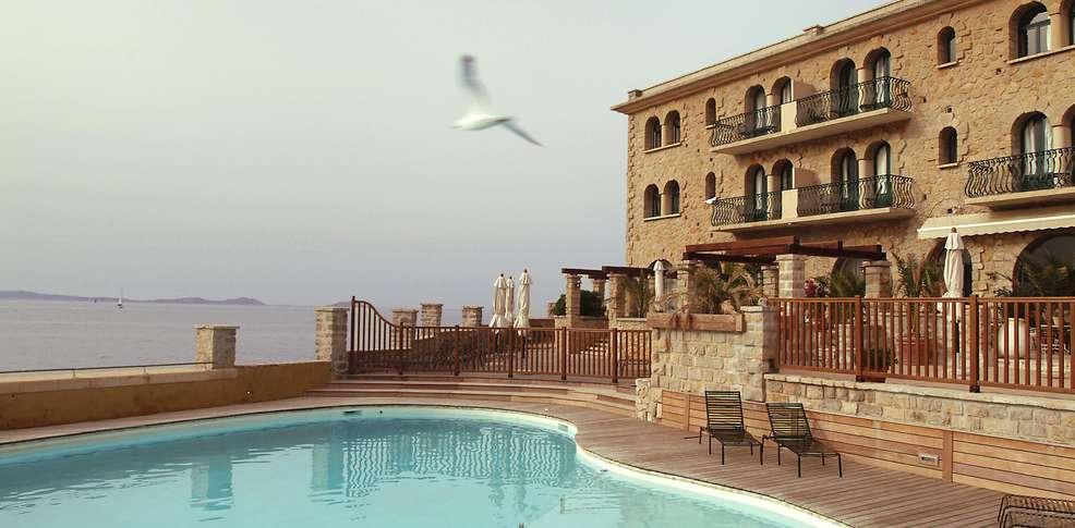 H tel delos h tel de charme bandol for Hotel piscine interieure paca