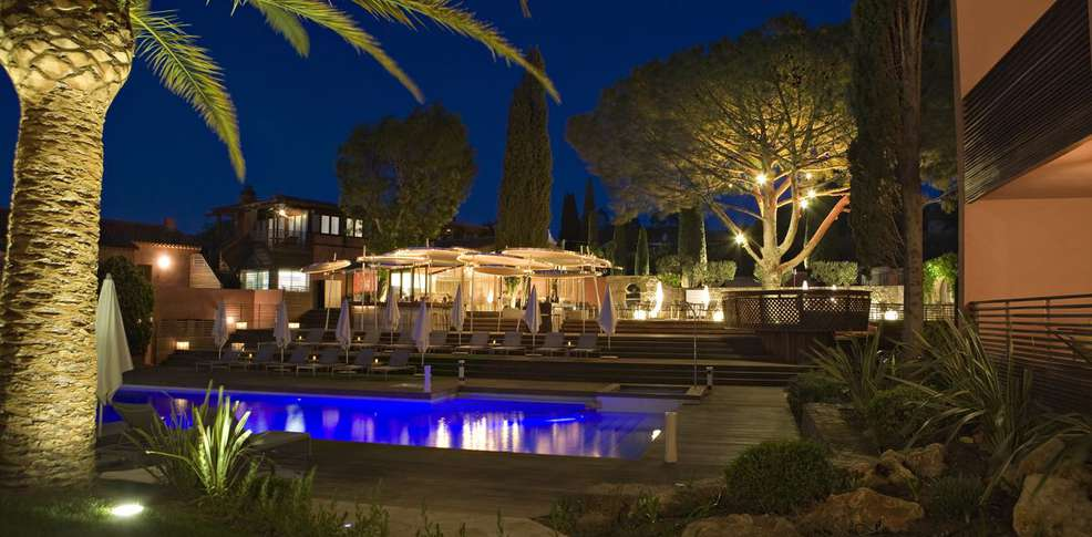 H tel benkirai h tel de charme saint tropez for Hotel piscine interieure paca