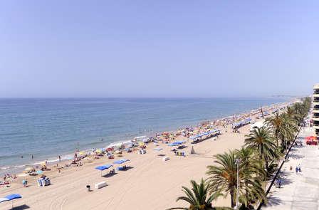 Ven a relajarte en la playa de Calafell con esta escapada con cena y un niño gratis