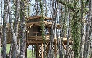 Escapade perchée dans les arbres avec dîner régional et jacuzzi privatif, au coeur du Pays Gascon