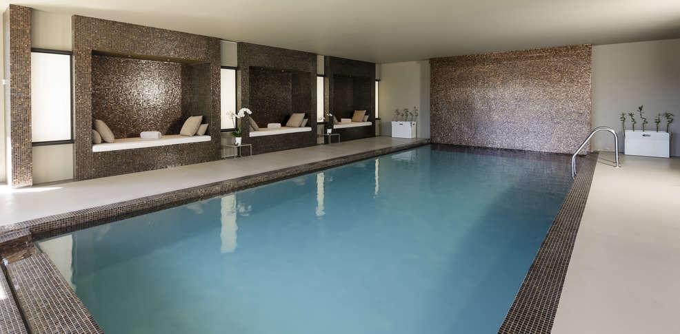 H tel les lodges sainte victoire h tel de charme aix en for Hotel piscine interieure paca