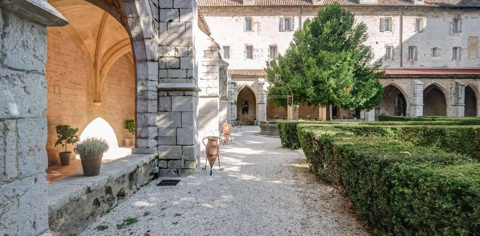 H tel le couvent royal h tel de charme saint maximin la for Reservation hotel paca