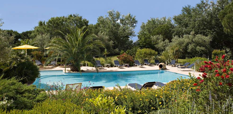 ... vue de l hôtel façade salon piscine extérieure piscine extérieure