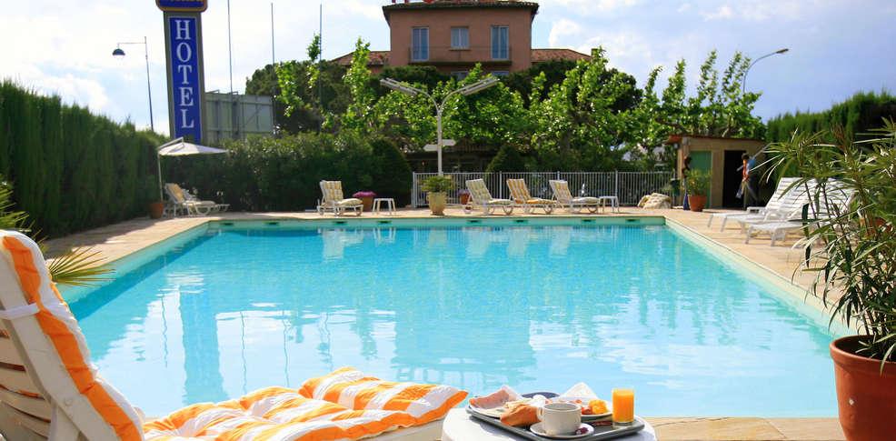H tel les vignes blanches h tel de charme beaucaire for Beaucaire piscine