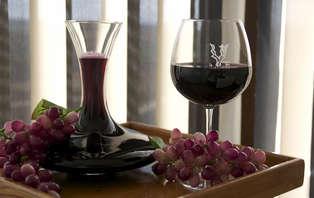 Escapada romántica con vino y pétalos de rosa cerca de Cuenca