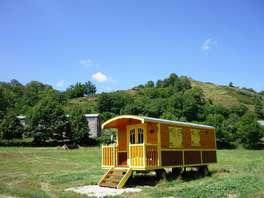 Offre Spéciale insolite: Week-end en roulotte au bord d'un lac dans le Cantal