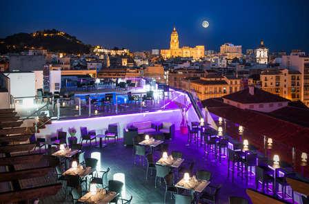 Escapada romántica con copa de vino en el centro de Málaga