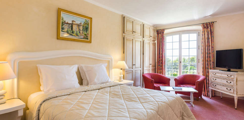 Week end tourtour 83 week end romantique avec champagne dans le var for Chambre romantique paca
