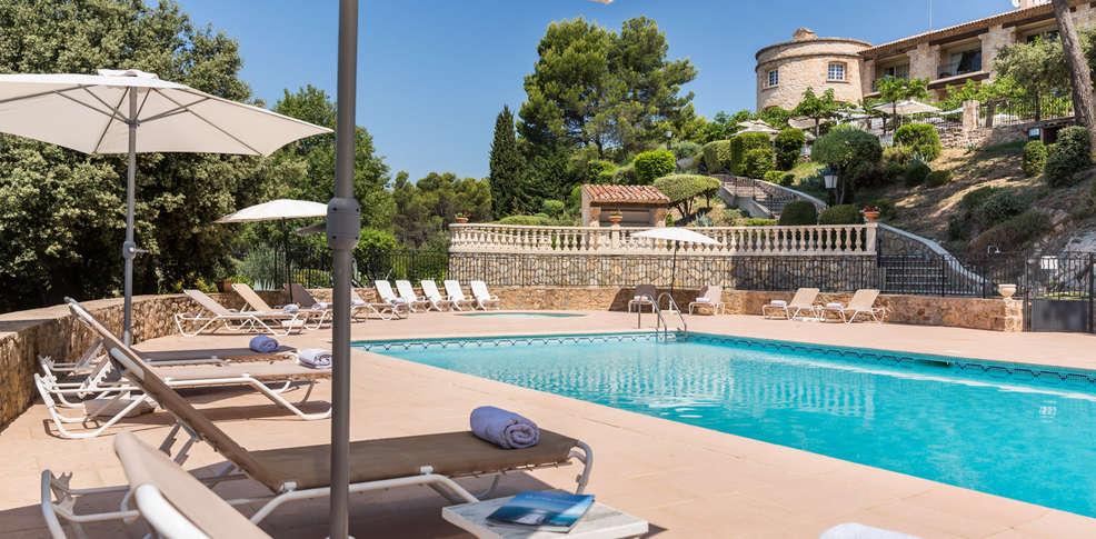 Week end dans les petites villes de charme tourtour avec 1 for Hotel piscine interieure paca