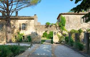 Offre Spéciale : Romance et charme avec champagne en chambre à deux pas du Pont du Gard