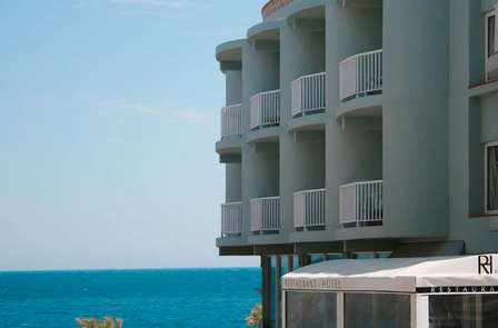 Especial Románticos: Enamórate a pie de playa con cava y el vaivén de las olas del mar