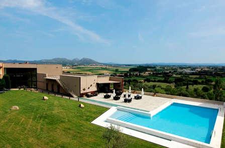 Descubre un paraíso de diseño y relax en media pensión en el Baix Empordà