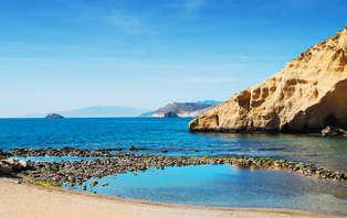 Especial Románticos: Enamórate a pie de playa con cena, cava y el vaivén de las olas del mar