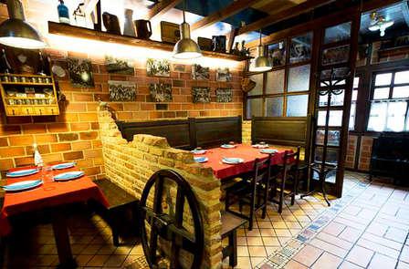 Gastronomía: Escapada con cena típica de la zona en un bodegón asturiano.