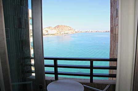 Escapada Romántica en Alicante: Vistas al Mar, habitación Premium y circuito Spa