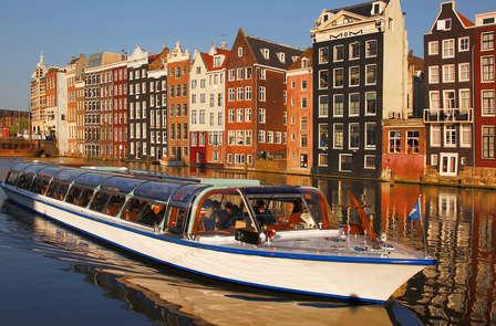 Vaar door de prachtige grachten van Amsterdam en ontspan in de spa van het hotel
