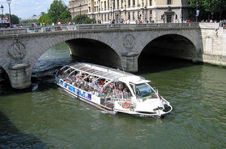 """Offre spéciale: Week-end avec dîner croisière sur la Seine en """"Bateaux-Mouches"""""""