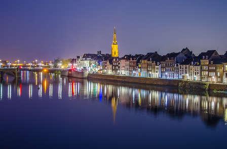 Overnacht in een voormalig bioscoop en bezichtig innemend Maastricht vanaf het water