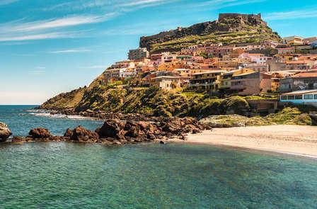 Ontdek Castelsardo: uitzicht op de zee en de schaduw van het Fort