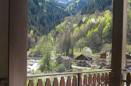 Noche entre los sonidos de las montañas de Piemonte