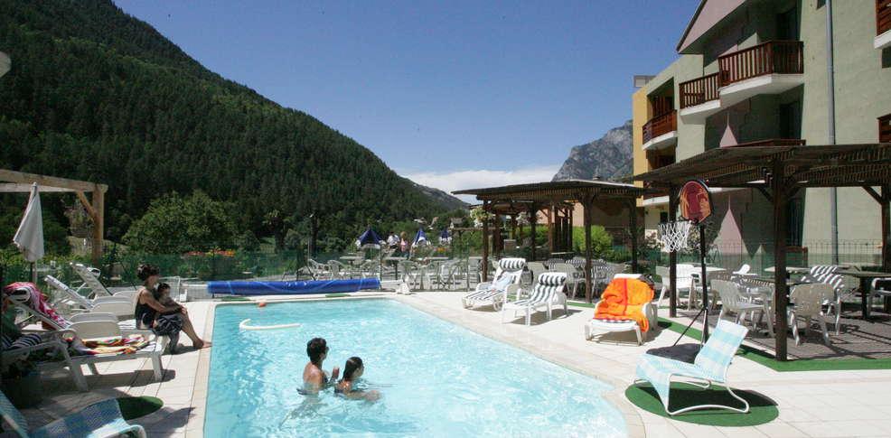 H tel la lauzetane h tel de charme le lauzet ubaye for Hotel piscine interieure paca