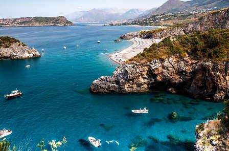 Profumo d'estate sulla costa della Calabria vicino a Maratea