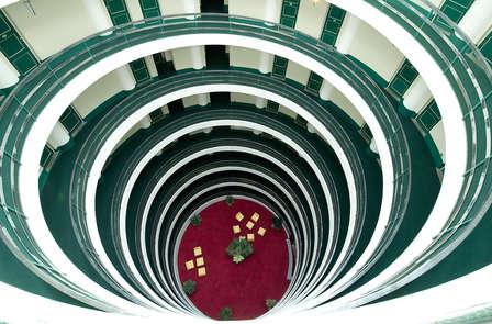 Panorami mozzafiato sulle Alpi Occitane in un hotel futurista