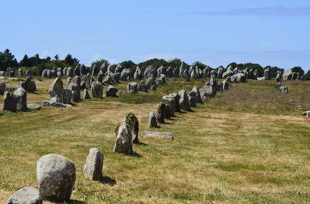 Découvrez Carnac et ses alignements de 2 934 menhirs !