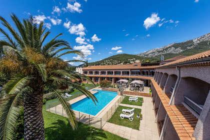Week end la valette du var avec 1 ap ritif de bienvenue for Hotel piscine interieure paca