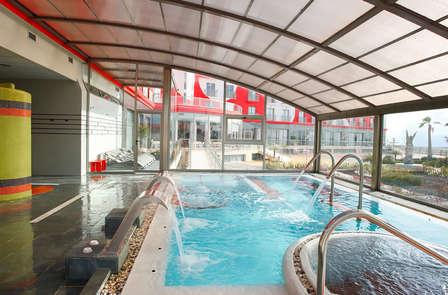 ¡Oferta de apertura! Spa, media pensión y niño gratis en un resort recién renovado en el Mar menor