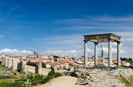 Descubre la monumental Ávila con cena romántica