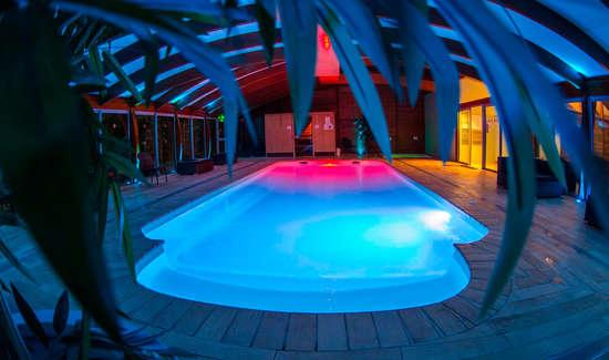 Week end bien tre la ciotat avec acc s l 39 espace d tente for Hotel piscine interieure paca