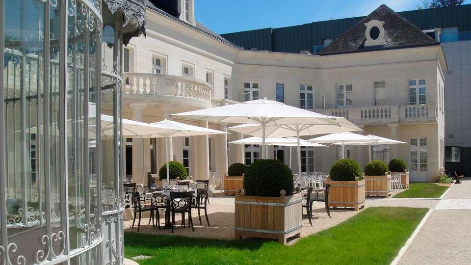 Clarion Hotel Château Belmont - edit_patio.jpg