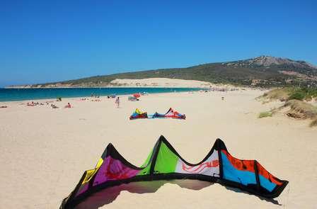 Practica el paddle surf en una playa de Tarifa