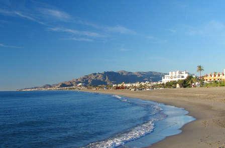 Romance et pique-nique sur la plage en Andalousie