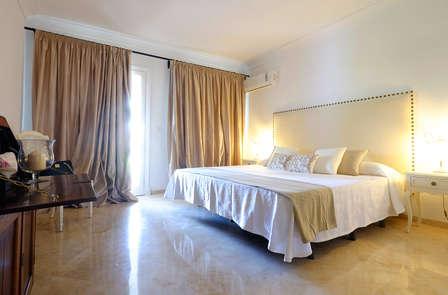 Escápate a Marbella, duerme en habitación superior y saborea un aperitivo con tapas