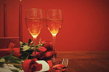 Week-end romantique avec pétales de roses et du vin à Bruxelles