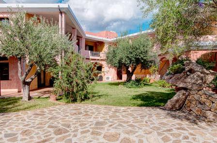 La hermosa isla de Cerdeña en un hotel cerca del mar en Dorgali