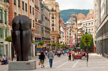 Escapada con cesta de frutas y botella de sidra en Oviedo