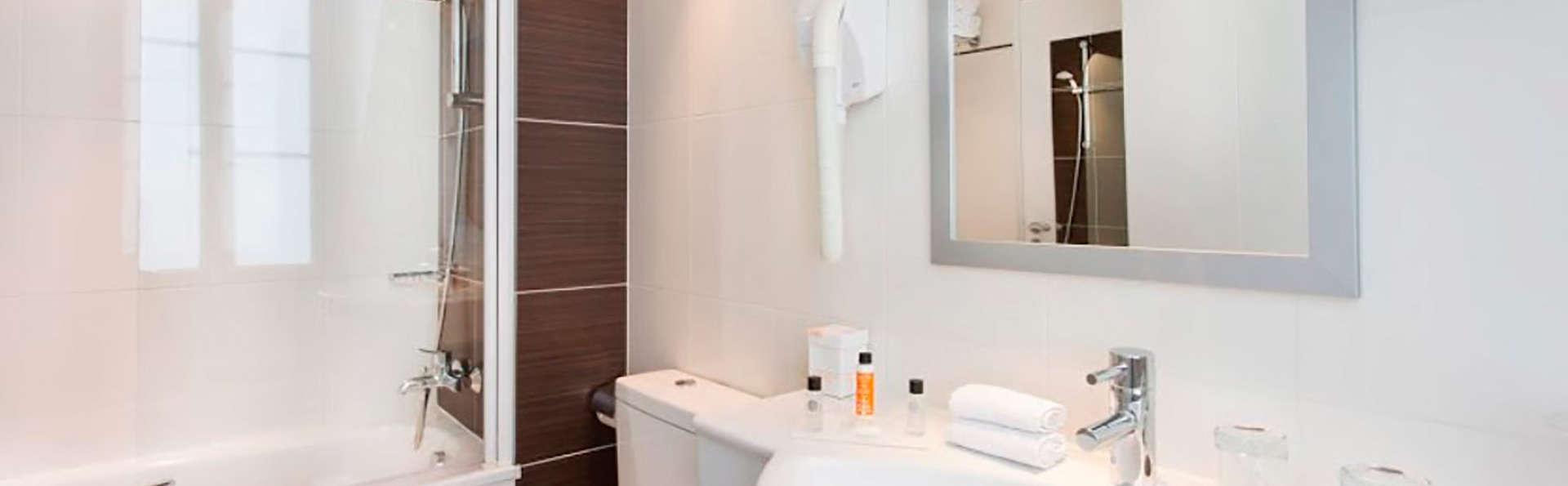Hôtel Elysées Bassano - EDIT_bath.jpg