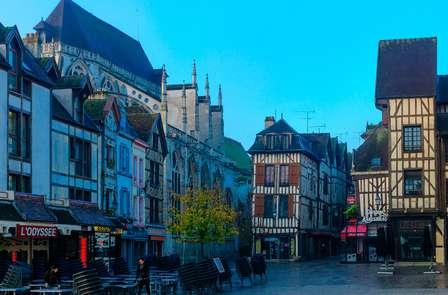 Romantisch shoppingtripje naar Troyes: vul uw garderobe voordelig aan!