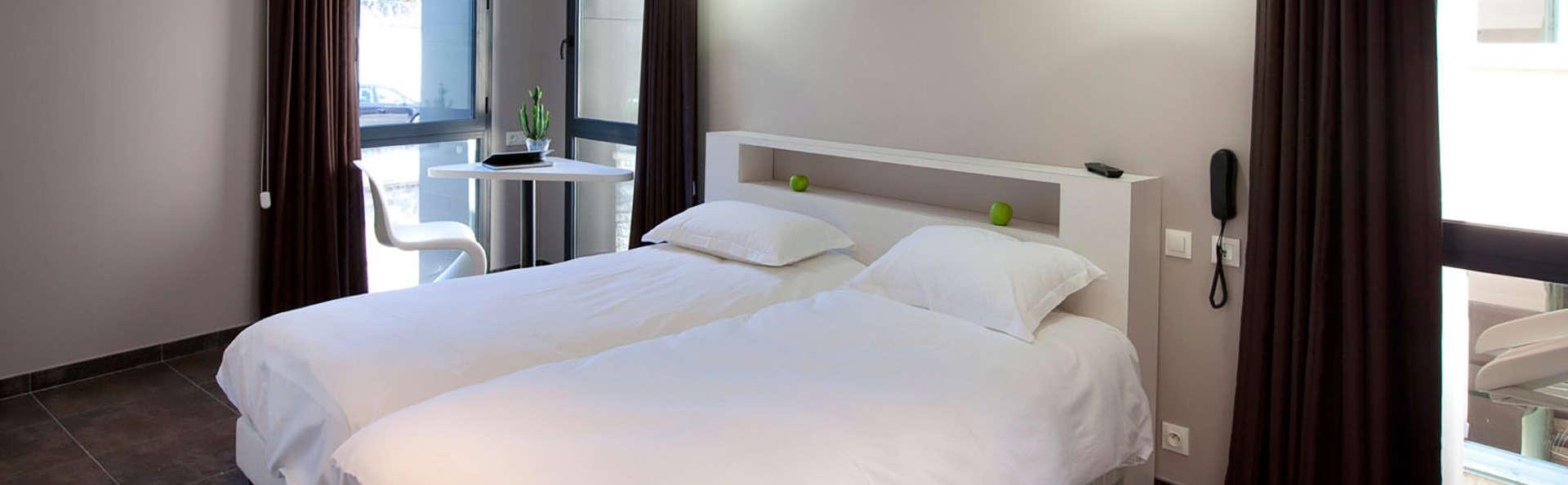 h tel les fleurines h tel de charme villefranche de rouergue. Black Bedroom Furniture Sets. Home Design Ideas