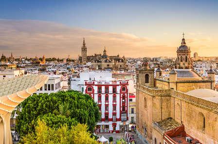 Ambiente romántico y gastronomía típica en Sevilla