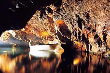 Escapada con entradas a las grutas de San José, el río subterráneo más largo de Europa
