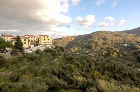 Pace, natura e bottiglia di vino in camera ad un passo da Lerici in Liguria